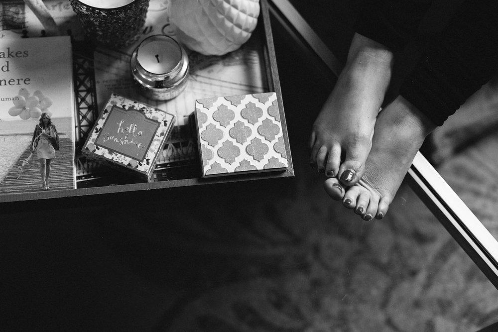 spread-13-hamilton-toronto-vintage-old-home-rustic-inhome-maternity-session-toronto-maternity-photographer-ryanne-hollies-photography-living-room-detail-shot-home-decor.jpg