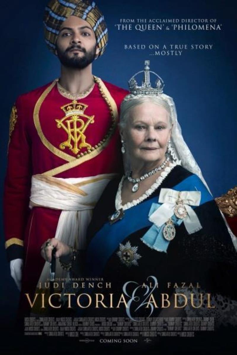 Confident Royal : L'extraordinaire histoire vraie d'une amitié inattendue, à la fin du règne marquant de la Reine Victoria. Quand Abdul Karim, un jeune employé, voyage d'Inde pour participer au jubilé de la reine Victoria, il est surpris de se voir accorder les faveurs de la Reine en personne. Alors que la reine s'interroge sur les contraintes inhérentes à son long règne, les deux personnages vont former une improbable alliance, faisant preuve d'une grande loyauté mutuelle que la famille de la Reine ainsi que son entourage proche vont tout faire pour détruire. A mesure que l'amitié s'approfondit, la Reine retrouve sa joie et son humanité et réalise à travers un regard neuf que le monde est en profonde mutation. ... ----- ... Origine : britannique Réalisation : Stephen Frears Durée : 1h 52min Acteur(s) : Judi Dench,Ali Fazal,Eddie Izzard Genre : Biopic,Drame,Historique Date de sortie : 4 octobre 2017(1h 52min) Critiques Spectateurs : 3,9 Critiques Presses : 3,0