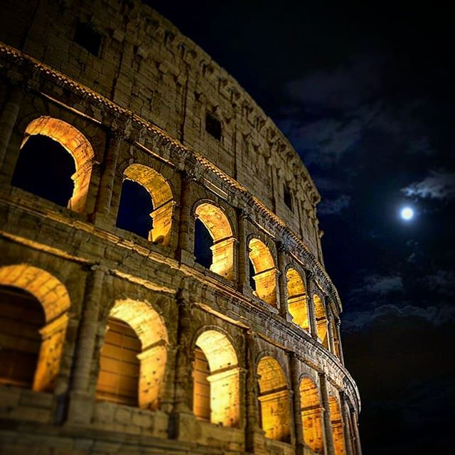 Time flies in #Italy 🇮🇹 Tonight here in #Rome was amazing! Thank you full moon for the perfect timing! 🌚  But who really makes this trip amazing are my family and friends!...And the food 😜  Can't wait to be back! Now I better get some rest before my flight back to the #USA 😅 ✨ Happy new year to all! ✨