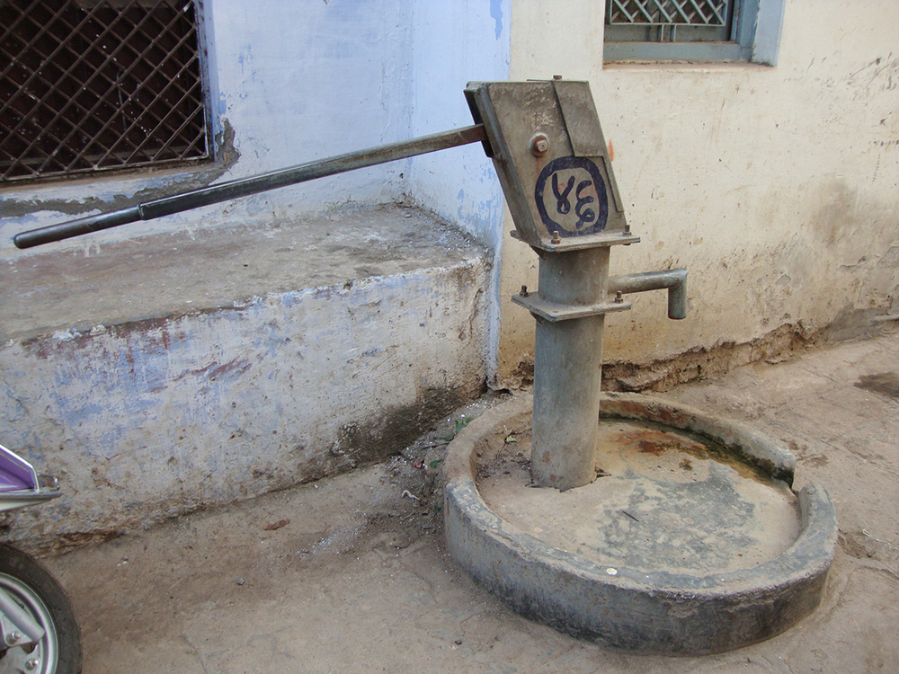 Street pump Varanasi.JPG
