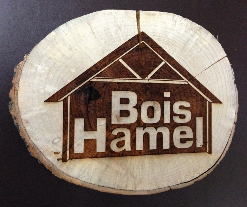 Signature version foncé de Bois Hamel sur bois rond