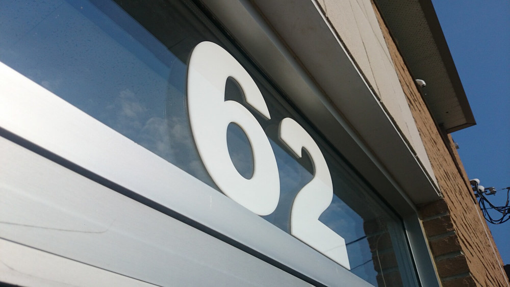Numéro civique affiché en haut de la porte de notre propre sucursale!