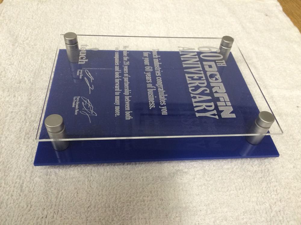 Plaque honoraire composé d'un étage transparent et d'un étage bleu