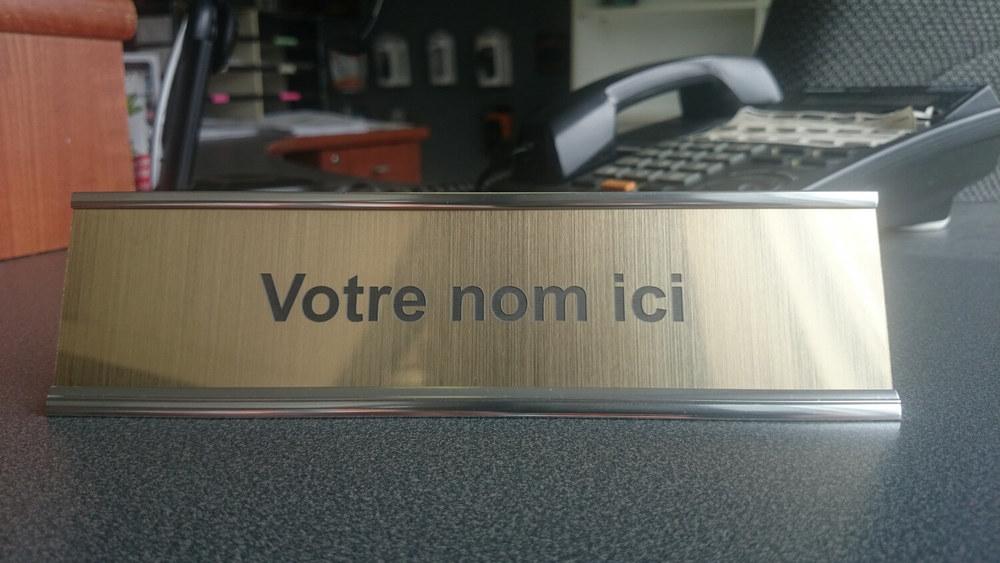 Un exemple d'une plaque d'identification pour un bureau