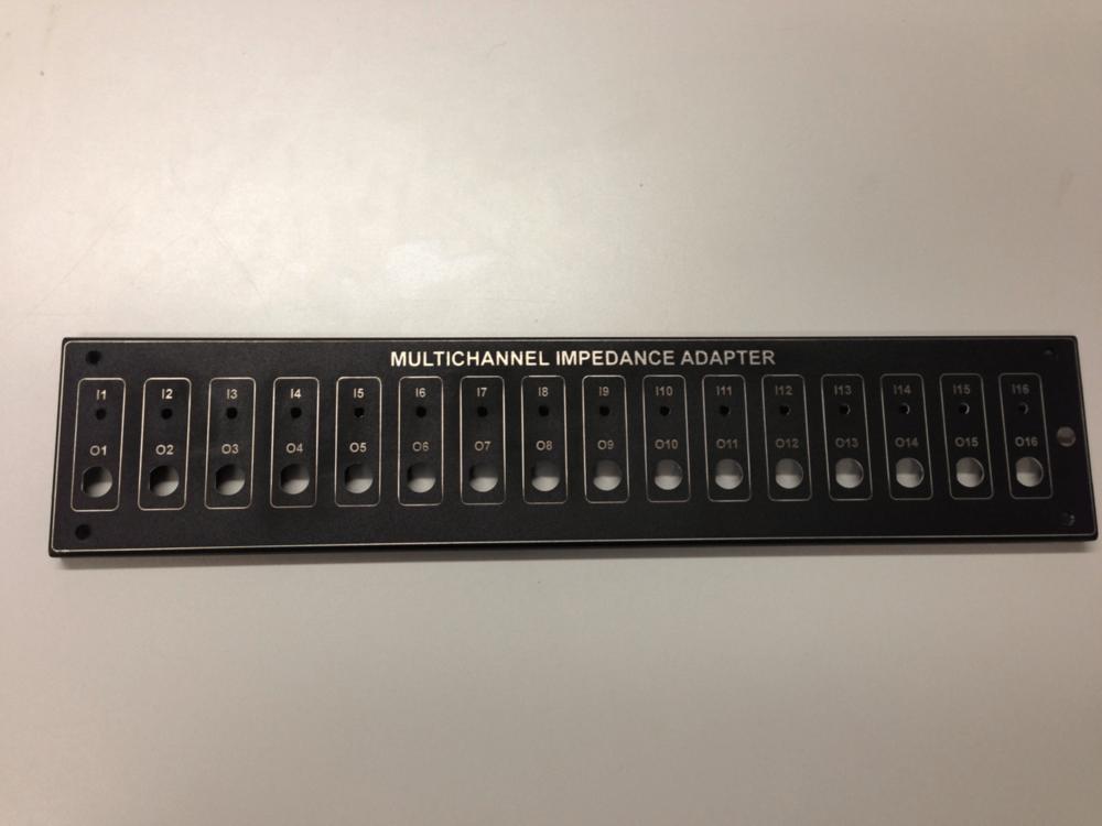 Pièce gravée au laser qui servira au montage d'un panneau de commande / boitier de contrôle, produit par une industrie en Estrie.
