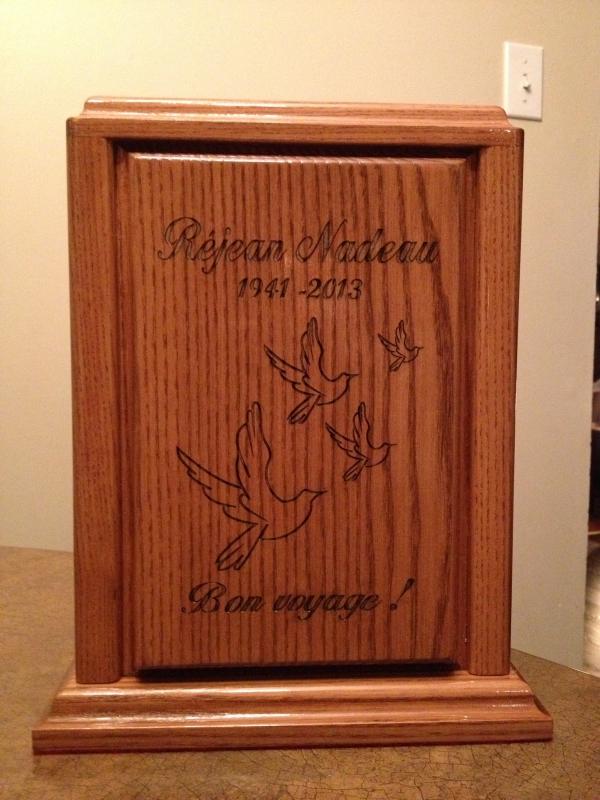 Urne gravée d'oiseaux et d'un message sur du bois de qualité