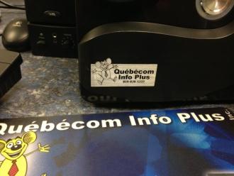 Plaque d'identification de Québécom sur un Ordinateur de Bureau