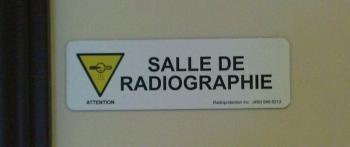 Plaque d'identification de local avec le symbole de radiographie