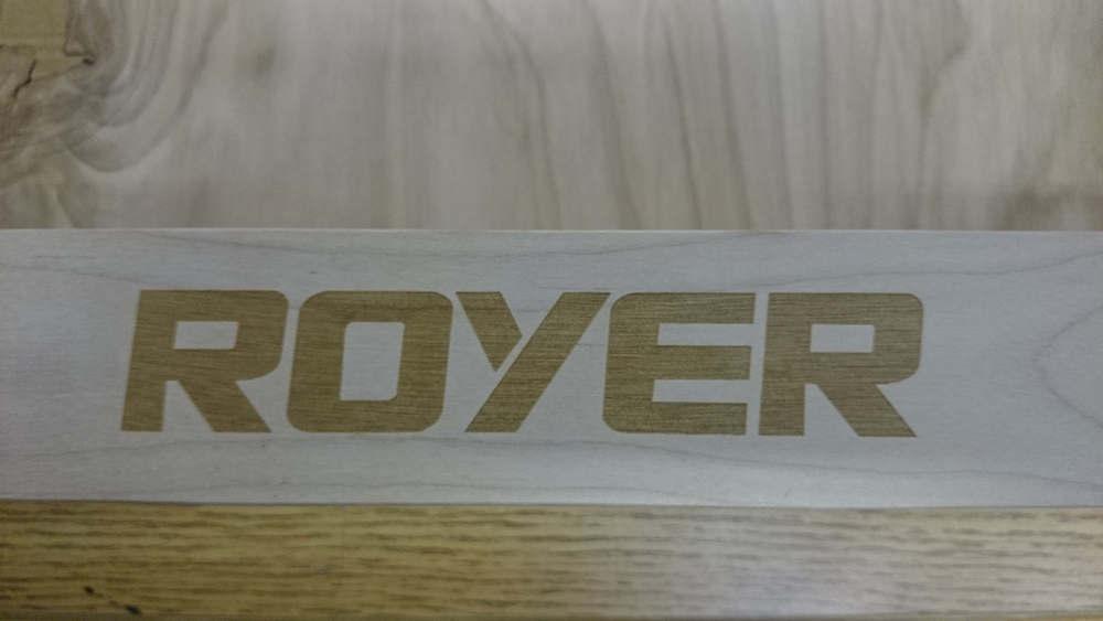 Logo gravé sur planche de bois