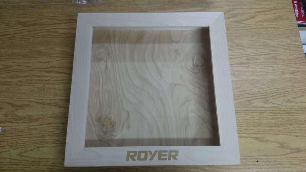 Logo gravé sur cadre de bois
