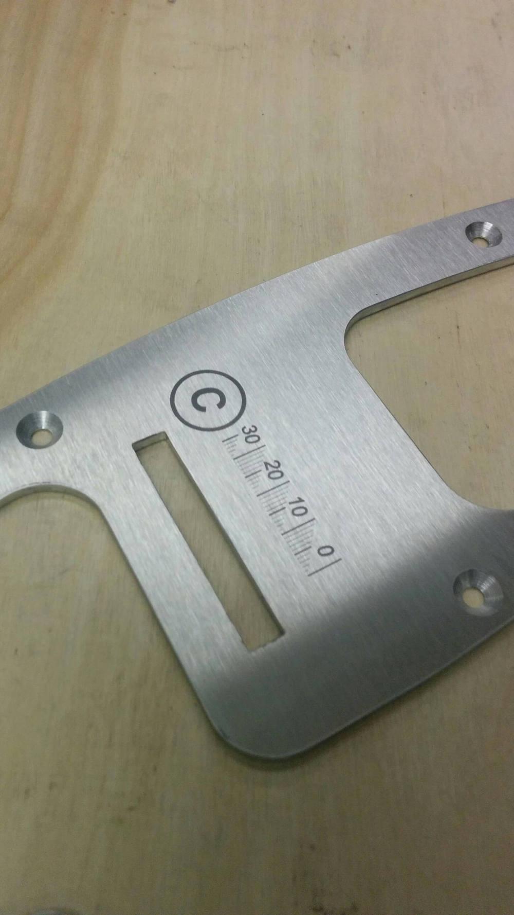 Guide en métal gravé au laser
