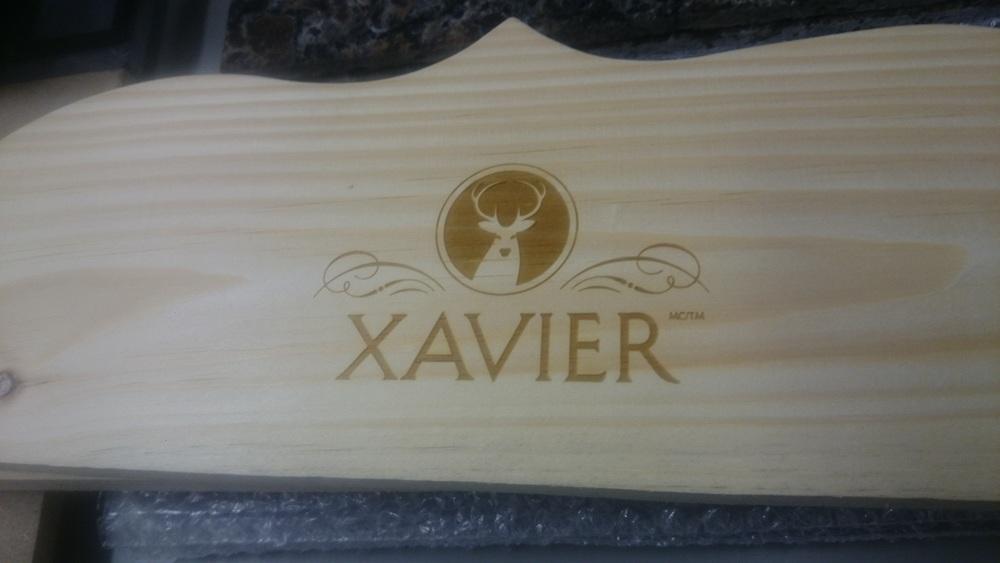 Planche de bois travaillée gravée au laser