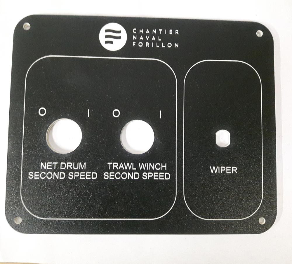 Panneau de contrôle avec trous pour boutons