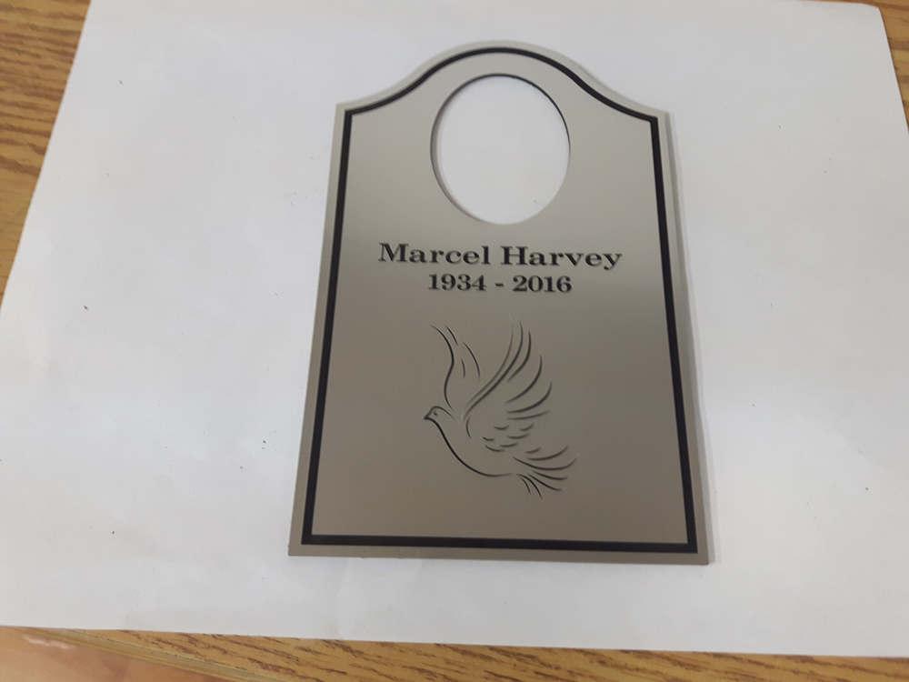 Plaque pour urnes funéraires en plastique lamicoide couleur argent avec dessin différent