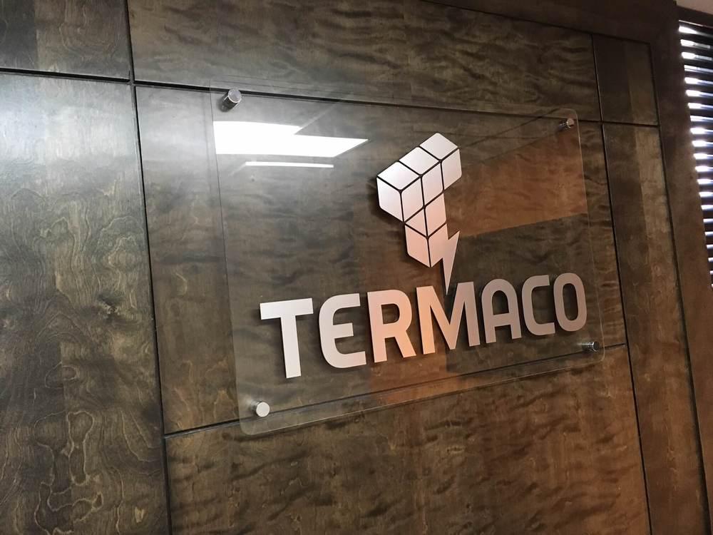 Grande plaque d'acrylique transparent qui a été gravée au laser pour la compagnie termaco