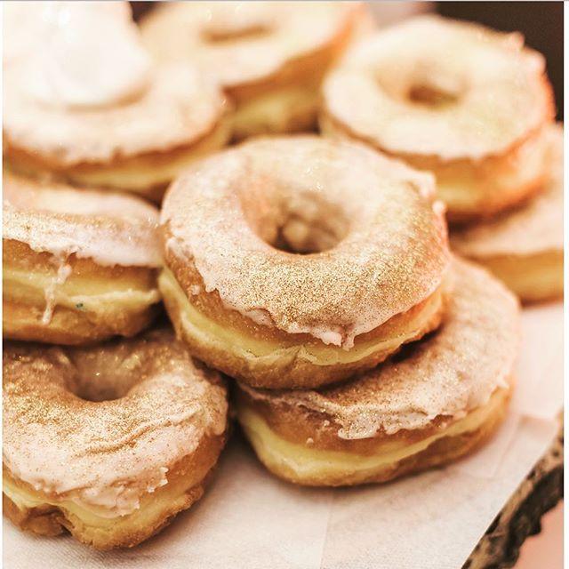 If you have donuts at your wedding, I'm coming 🍩 !!! 📸: @sunandsparrow #weddingdonuts #weddingbrochure  #weddingsweets