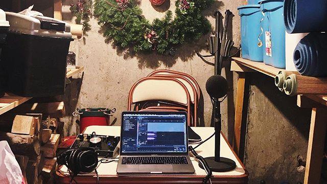 En déplacement ou pas, le podcast se donne. Même dans le sous-sol de la maison d'enfance. 🏡 •⠀⠀⠀⠀⠀⠀⠀⠀⠀ •⠀⠀⠀⠀⠀⠀⠀⠀⠀ •⠀⠀⠀⠀⠀⠀⠀⠀⠀ •⠀⠀⠀⠀⠀⠀⠀⠀⠀ •⠀⠀⠀⠀⠀⠀⠀⠀⠀ •⠀⠀⠀⠀⠀⠀⠀⠀⠀ #podcast #podcastlife #maisonunion #new #music #podcastlove