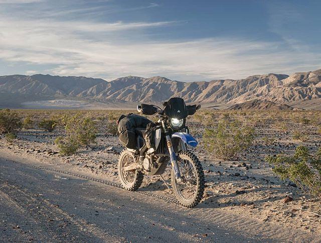 Desert gold. 📷: @onelostmoto More desert please 🍨 #WLFenduro