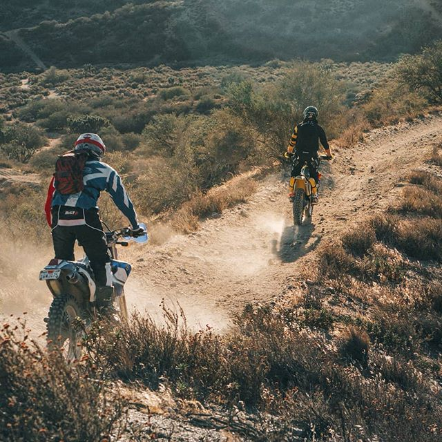 You can't beat getting fresh air & the local trails. 🌵 @austinwking & @dusted_350 checking out the prospects. #WLFenduro