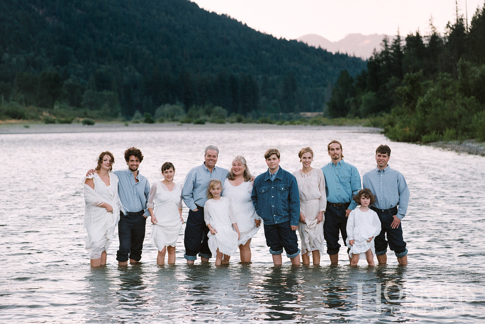 matteoli_family_portrait_location_river_photography.jpg