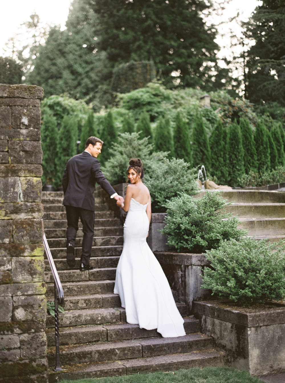 089OutliveCreative_Travel_Photographer_Videographer_Lewis&Clark_Oregon_Elegant_BlackTie_Destination_Wedding.jpg