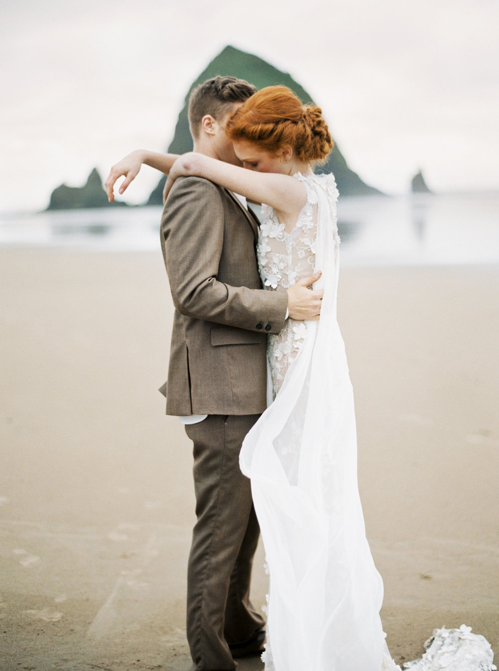 022@outlivecreative_cannon_beach_destination_wedding_photographer_&_videographer.jpg