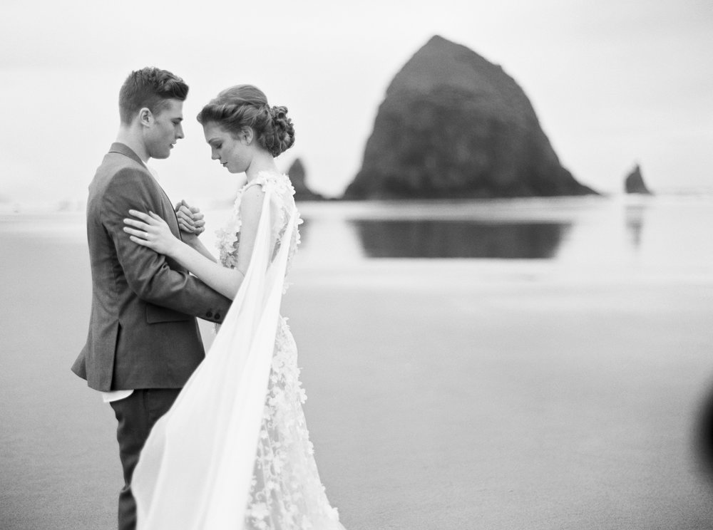 030@outlivecreative_cannon_beach_destination_wedding_photographer_&_videographer.jpg