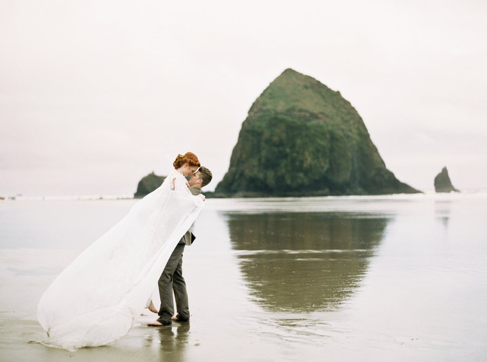039@outlivecreative_cannon_beach_destination_wedding_photographer_&_videographer.jpg