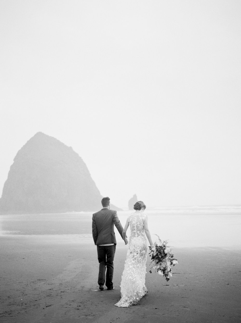 044@outlivecreative_cannon_beach_destination_wedding_photographer_&_videographer.jpg