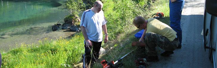 Bilde: Rune, Anders og Bjarte gjør seg klar til kantrydding i Strynselven.