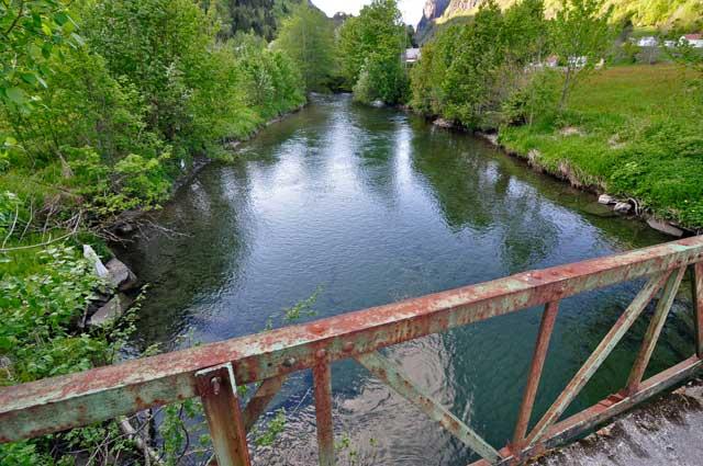 Så var vi ferdige og kan betrakte Bruelva fra en av broene. Glemt noe? Jo det er litt mer. Siste strekket overfor øverste broen er et gjel hvor elva går hvitere. Her er er noen fine plasser opp til fossene som stanser videre vandring. Prøv makkeklysa her på flom!