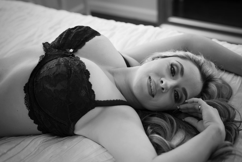 black and white boudoir photo of curvy woman