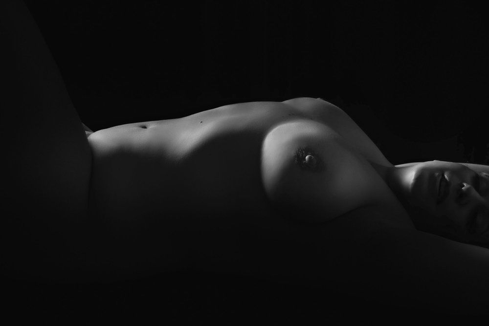 Curvy woman bodyscape photographer