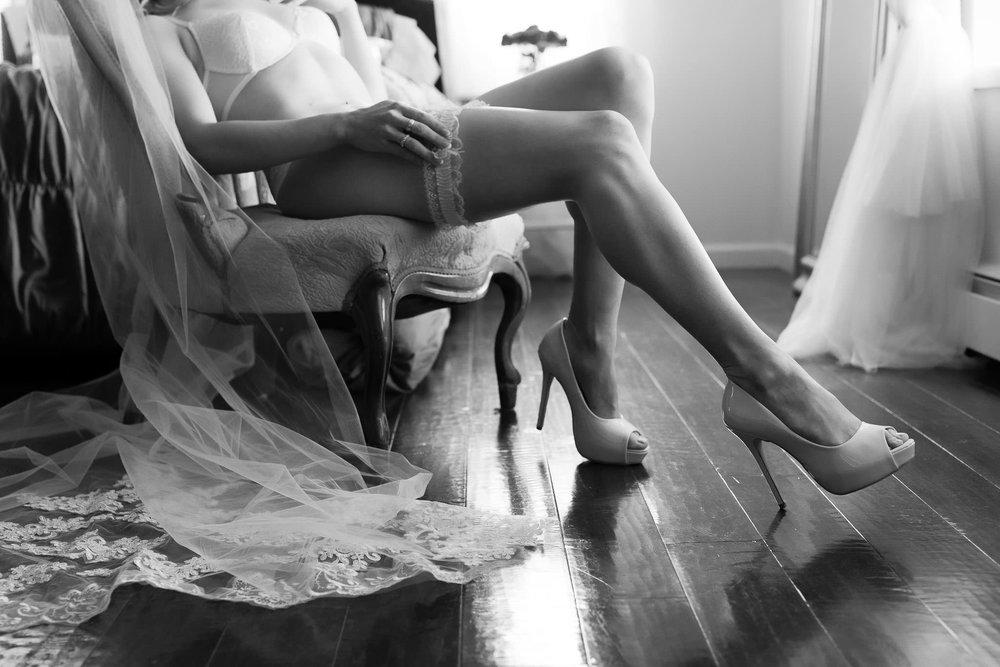 Garter and veil boudoir photo