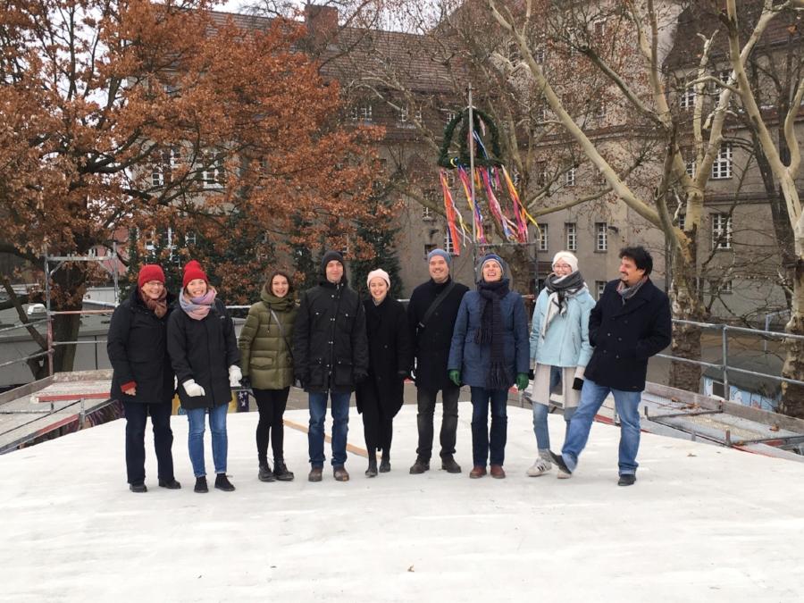 Kersten Kopp Architekten vor dem Richtkranz auf dem Dach des Mensa-Neubaus der Johanna-Eck-Schule (c) Kersten Kopp Architekten GmbH