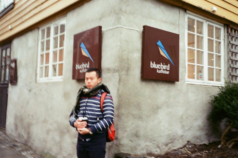 照片是藍鳥咖啡的logo,很可愛,啊天氣好冷,天色也晚的快,我的手也晃到一個極致欸!