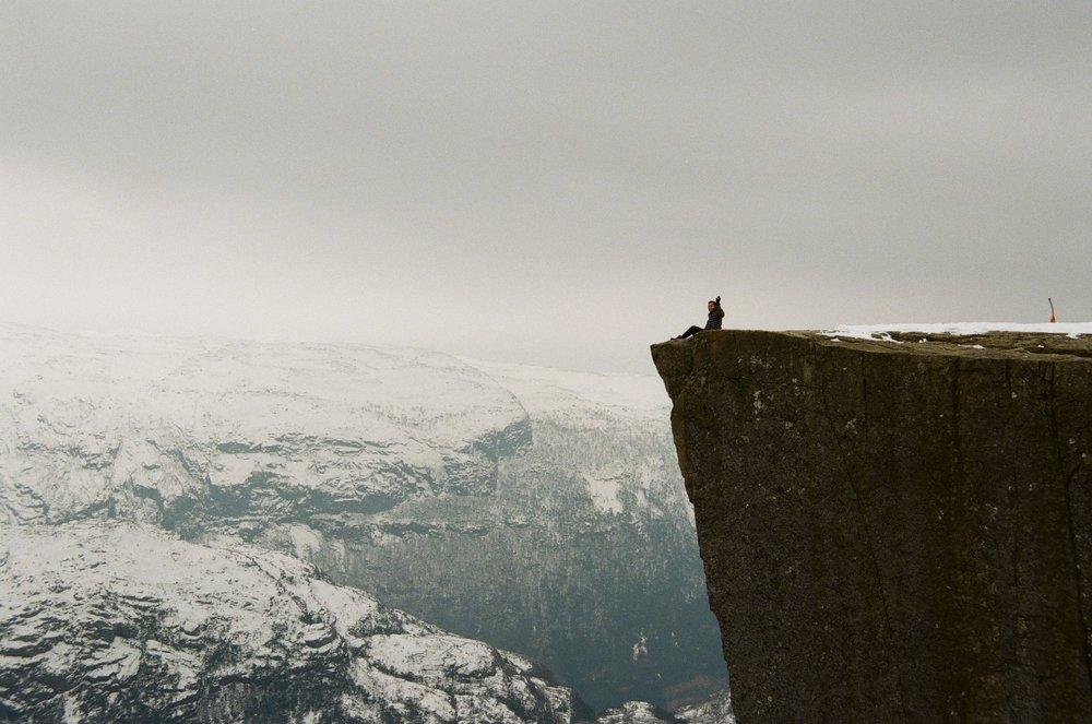 暉也克服了心理障礙坐在懸崖邊,我不敢。