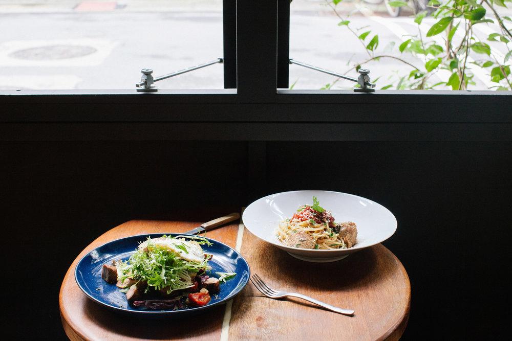 在大片窗戶旁用餐,邊觀察路上行人