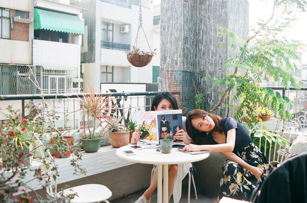 綠意的陽台,放置兩桌,我們四人擠一桌剛剛好