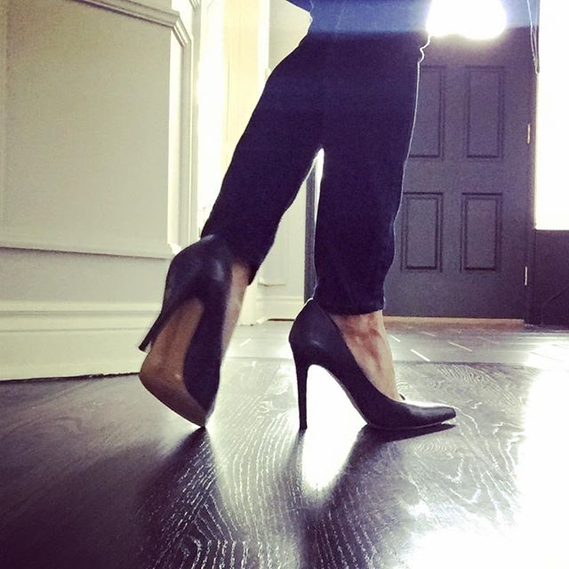 I absolutely adore a simple navy pump with skinny jeans. #whatiworewednesday #kyjo @vincecamuto #showyourself #torontostyle #style