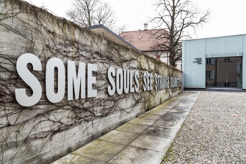 Edith Flückiger, some souls see ..., 2009/2016, Buchstaben aus eloxiertem Aluminium, Wandhalterung