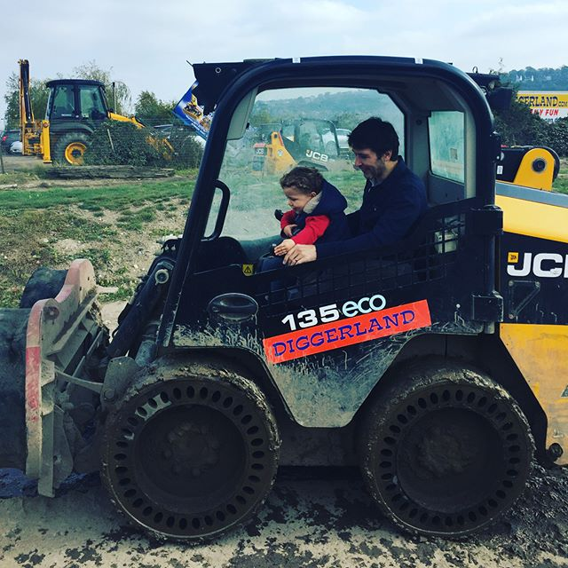 We had the best day in the sunshine @diggerland.uk and would definitely recommend it for a fun filled day out in #kent. Fun for adults and kids, you can ride full size diggers (and every other type of JCB you can think of!). Pretty pricey to get in but worth it for a day out... Top tips: 1) make sure your child's over 90cm so that they can go on the rides 2) take a picnic! The queue for food is crazy and if honest, a picnic would be much nicer 3) go before the end of Oct as they close from Nov - Feb #maternityleavelife #diggerland #familydayout #daysoutinkent #daysoutwithkids #mblogger #pblogger ps nice wheels @whoinvitedthatkid 🚗