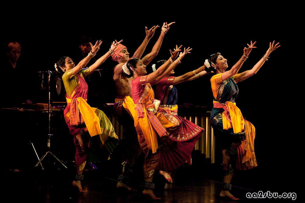 Tejas Luminous  with Malini Srinivasan, Jeevan Thomas, Kadhambari Sridhar, Manasi Dave and Shobana Ram. Choreography by Malini Srinivasan | Charles B. Wang Center, NY, 2009 | Photo: Oliver Hao Li