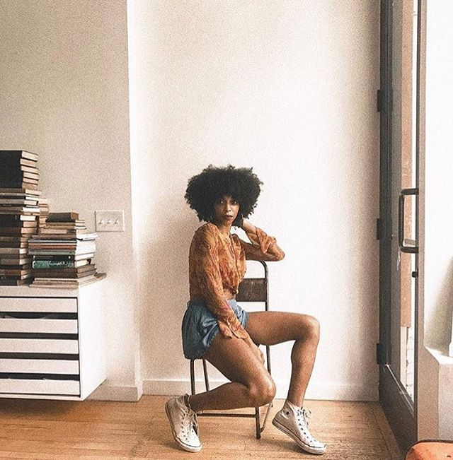 Looking at the weekend like...I'm ready for you. 📸 @deunivory . . . .  #tgif #cheerstothefreakinweekend #homedecor #apartmentdecor #apartmentliving #apartmentgoals #goodvibes #introvert #extrovert #minimalist #funathome #twentysomething #livingroomideas