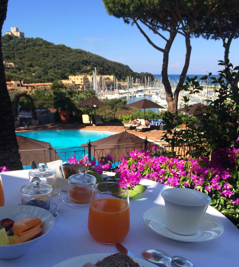 Breakfast with a view of the Yacht harbor in Punta Ala - Hotel Cala Del Porto
