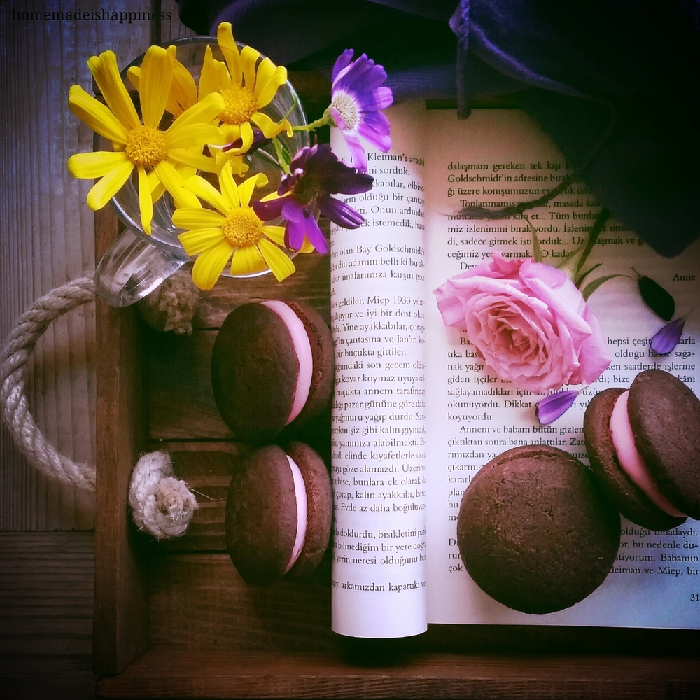 Love the weekend mood... Books, flowers & homemade cookies...