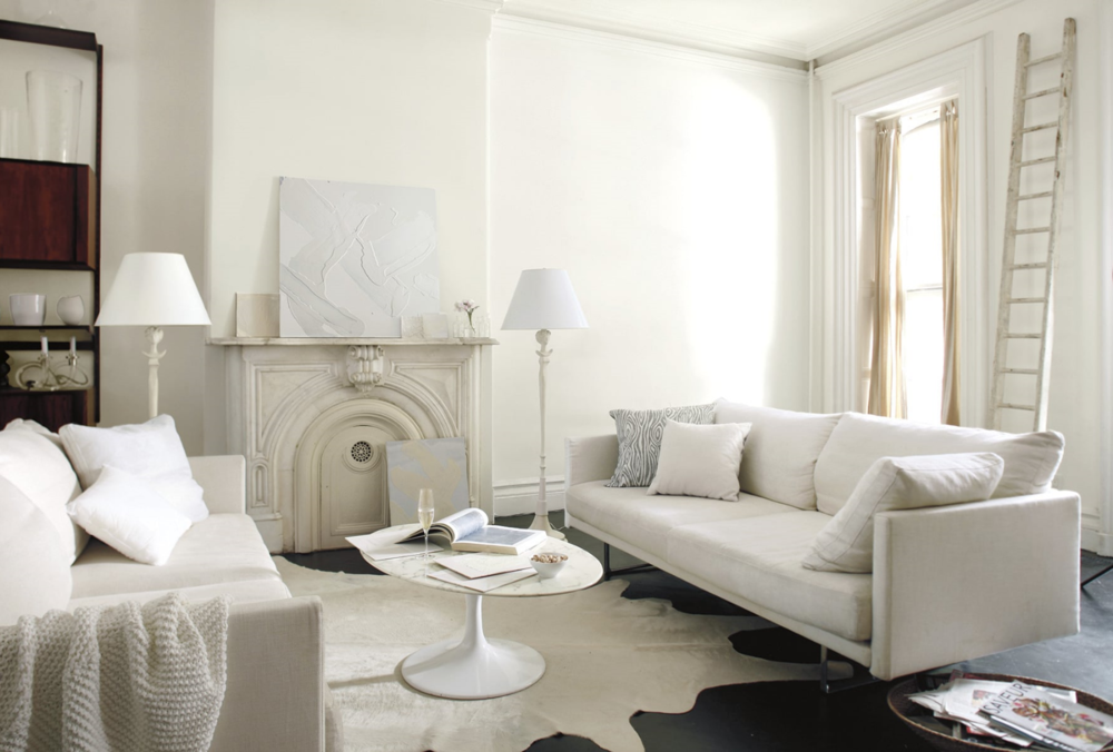 All white family room walls are done in Simply White )C-117, matte finish. Trim is Simply White semi gloss. Photo: Benjamin Moore.