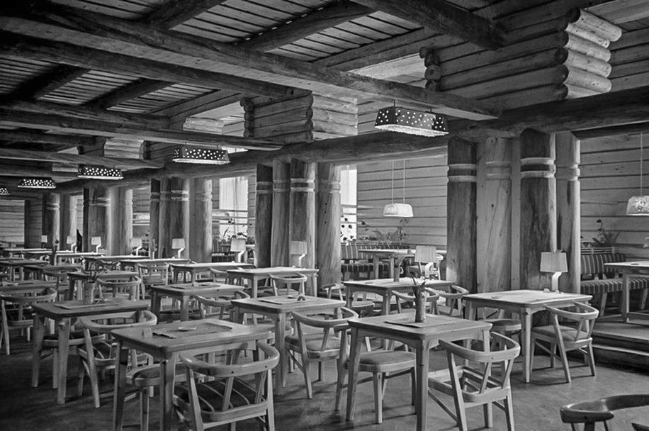 "Resturant Kestikartano, ""Pohjan Sali"", 1946. Wooden table lamps with wicker shades and brass bases, perforated brass ceiling lamps and ceiling lamps with braided wicker shades. Image copyright by Helsingin Kaupunginmuseo."