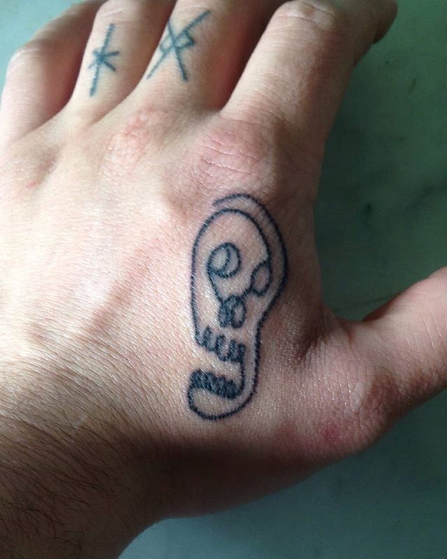 Hey, this really was a cool project : a four hands tattoo ! Little skull by the awesome Maëva, handpoked by myself on the fabulous Aldwin's hand.🍻💚🔥 . . . #art #artwork #illustration #tattoo #handpoke #handpokedtattoo #blackline #thicklines #handmade #skulltattoo #skeletontattoo #handtattoo