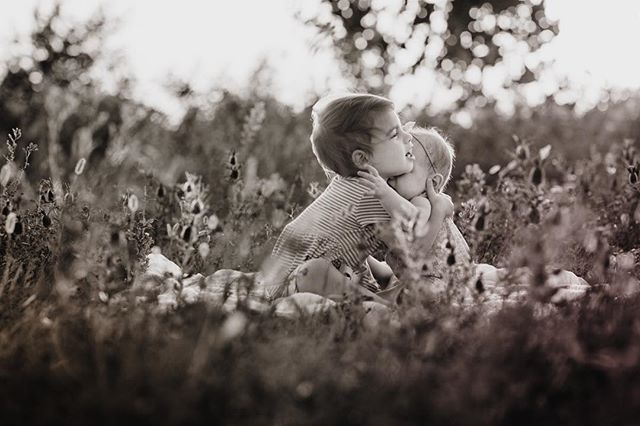 Sisters deserve the biggest hugs ♥️⠀ .⠀ .⠀ #sisters⠀ #love⠀ #zayleyreign⠀ #adleyjoy⠀ #familyphotography⠀ #wichitaks⠀ #katiekeplar⠀ #hugs⠀ #family⠀ #babies⠀ #summertime⠀